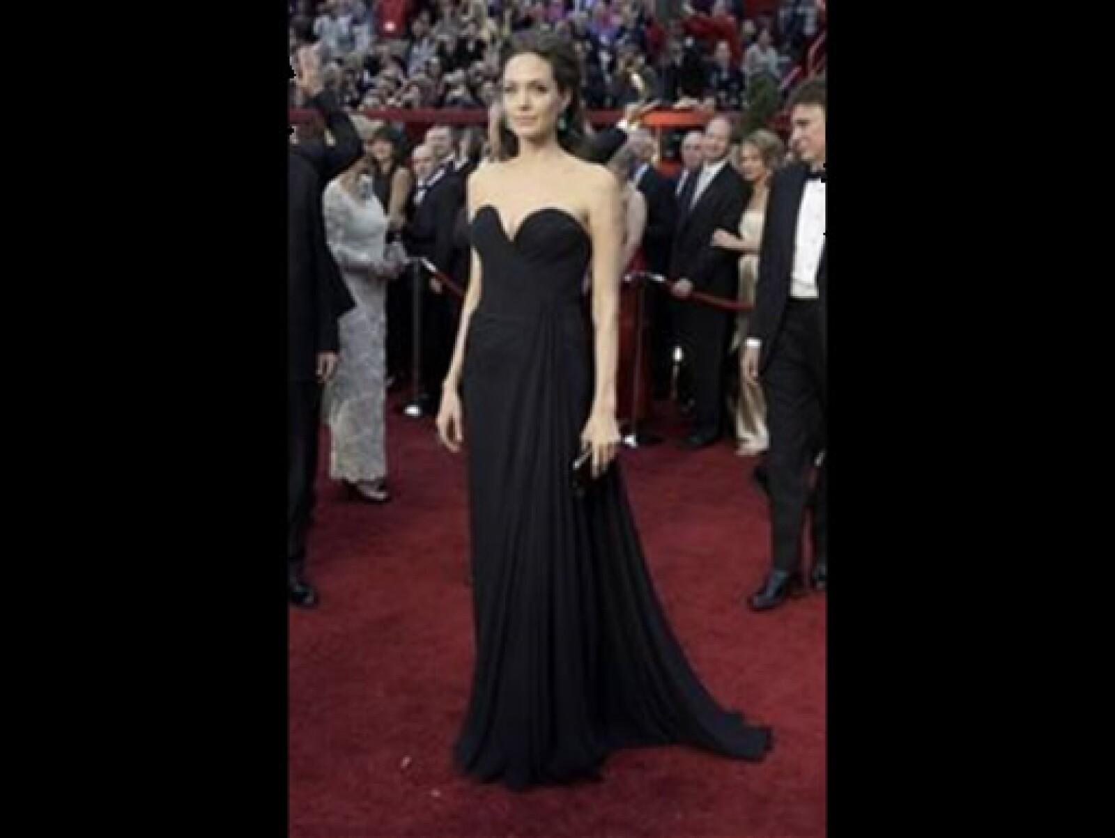 La nominada a mejor actriz, llevó un diseño de Elie Saab Couture negro strapless, aunque lo que realmente llamó la atención fueron su anillo de 65 quilates y aretes a juego de 115 quilates de esmeralda de Lorraine Schwartz, combinados con zafiros.