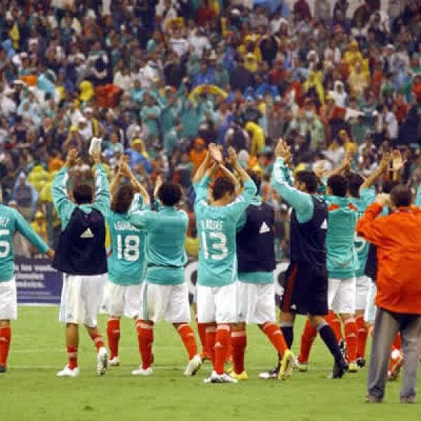 La selección mexicana de futbol triunfó sobre su similar de Honduras por la mínima diferencia, en la jornada clasificatoria para la Copa del Mundo Sudáfrica 2010, la noche del miércoles en el estadio Azteca de la ciudad de México.