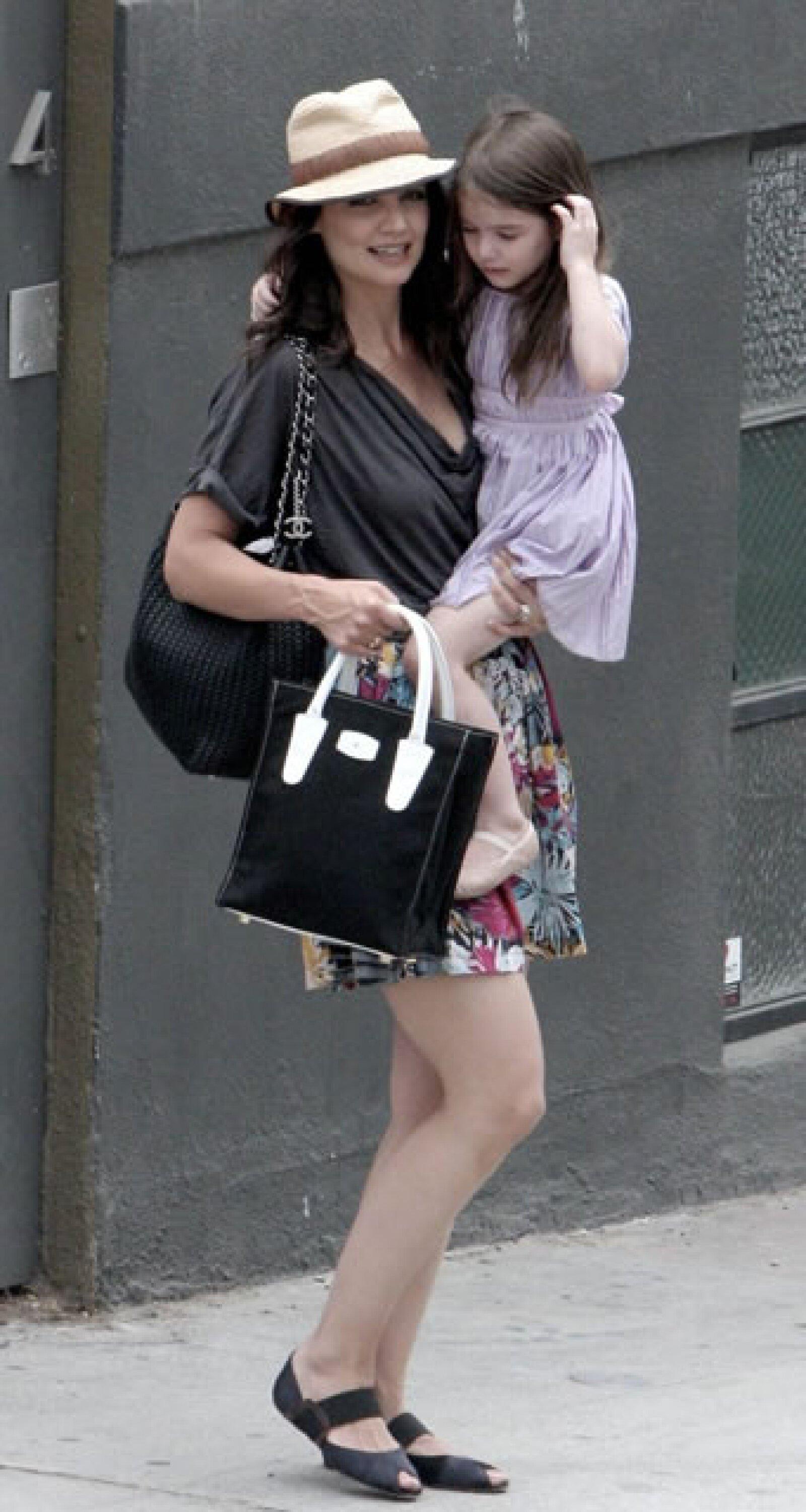 Las bolsas oversized son ideales para mamás como Katie Holmes.