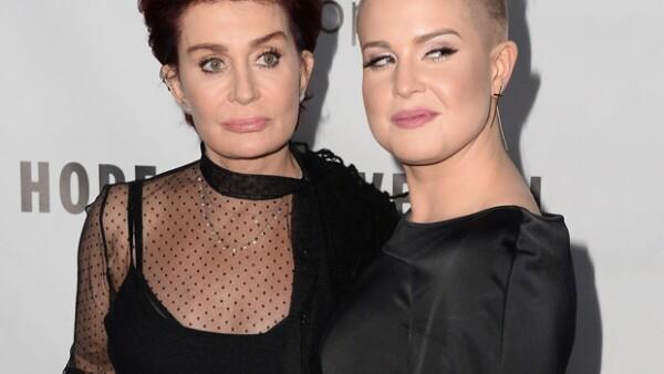 En una reciente aparición pública, la mamá de Kelly Osbourne lució hinchazón y falta de expresión facial, situación que llevó a suponer que se sometió a una reciente cirugía estética.