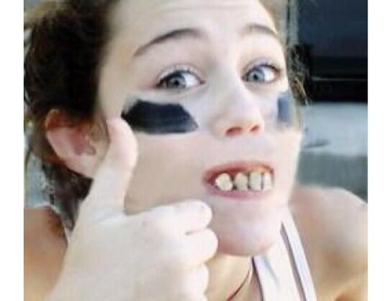 Miley con otro tipo de dentadura pero igual de tosca que la primera.