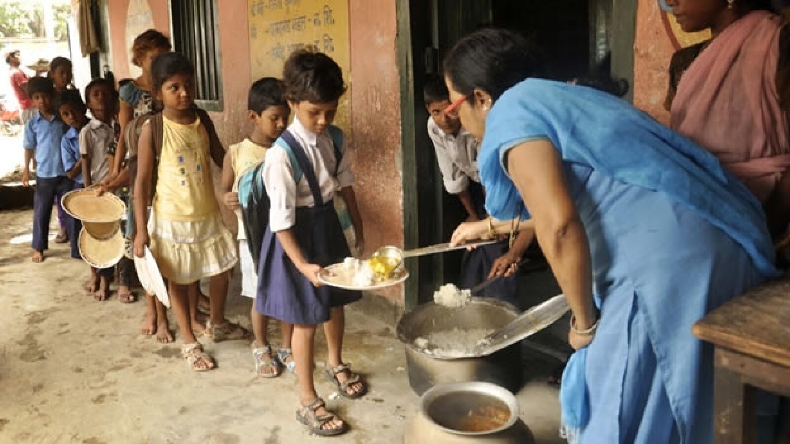 Niños intoxicados por comida en India