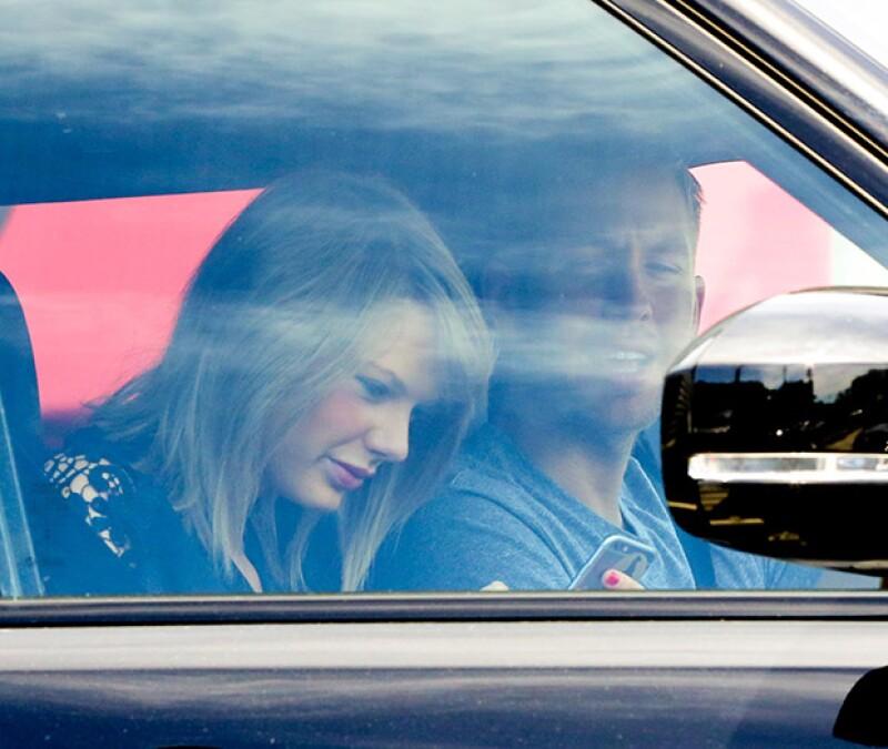Taylor parecía estar viendo algo gracioso en su teléfono que quiso compartir con su novio.