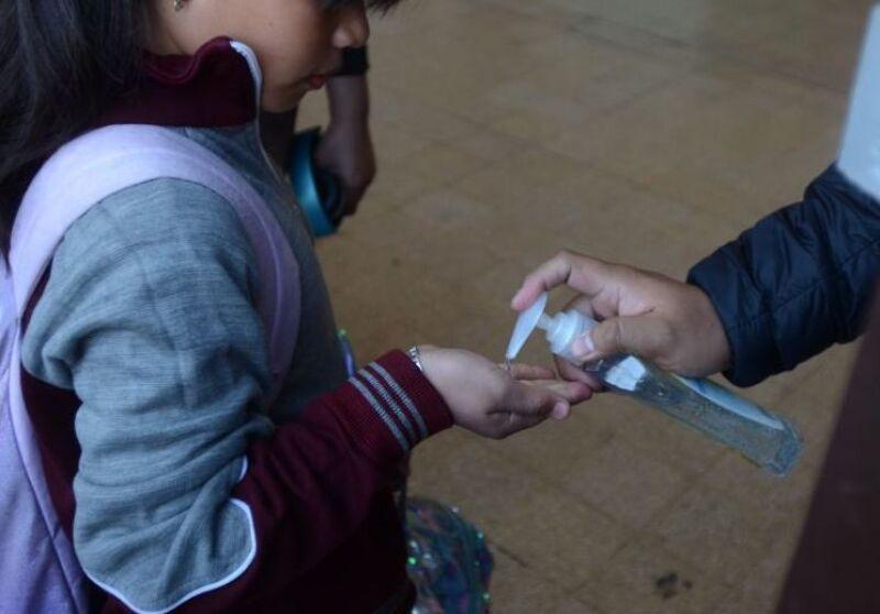 Niños de educación básica fueron revisados antes de ingresar a las escuelas para verificar su estado de salud ante la emergencia por el Covid-19