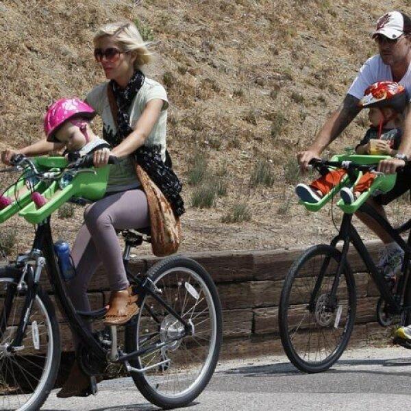 La actriz Tori Spelling y su esposo Dean McDermott llevaron a dar un paseo a sus pequeños hijos al Cross Creek Mall en Malibu, California.