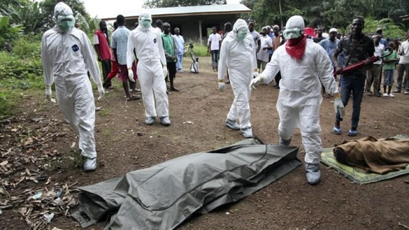 Trabajadores de salud trasladan cuerpos de víctimas del ébola en Liberia