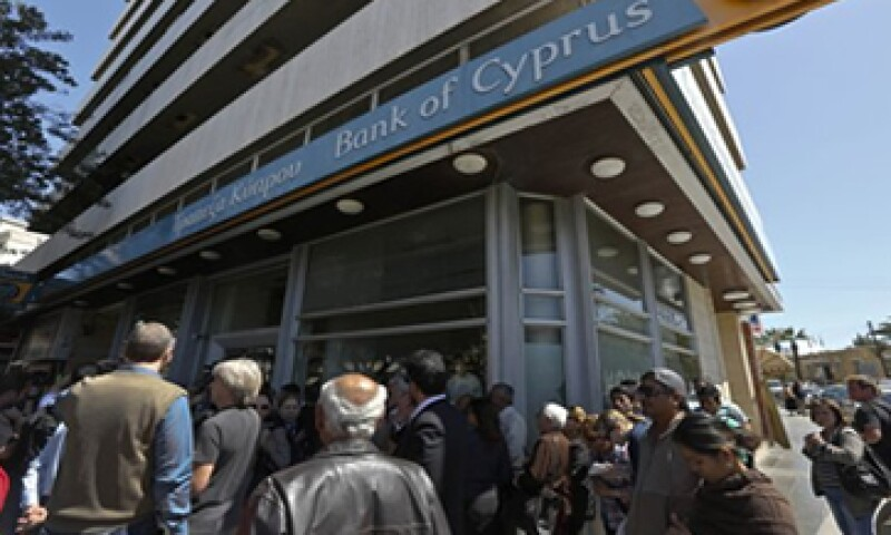 Los bancos chipriotas ahora operan con restricciones para evitar una huida masiva de capitales.  (Foto: Getty Images)