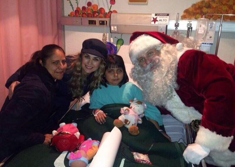 Aracely ayudó a Santa a repartir los regalos que llevaban para cada uno de los pequeños y sus familias.