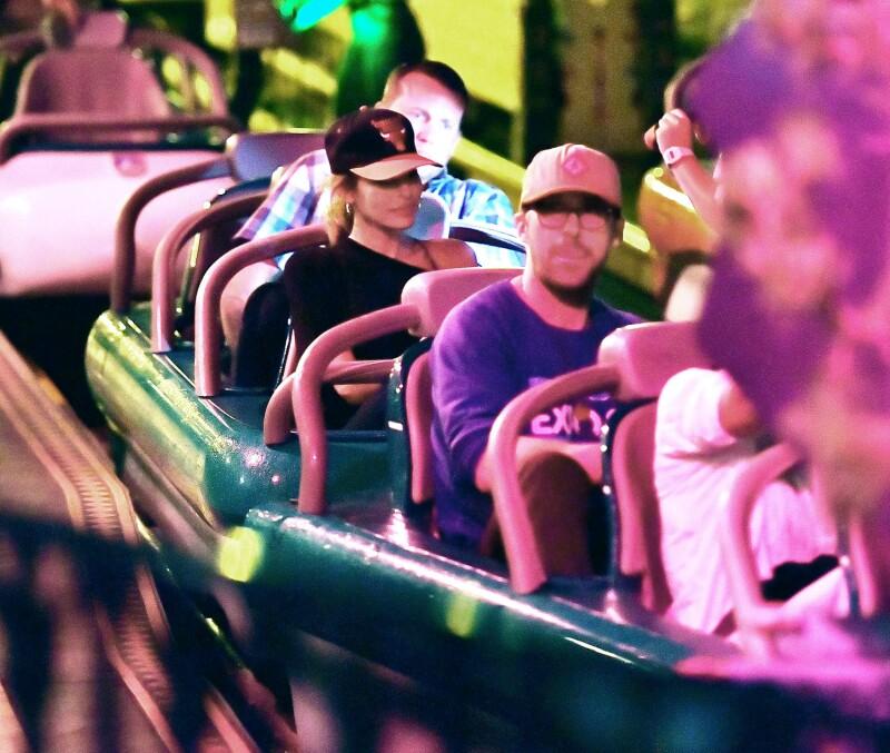 Eva Mendes y Ryan Gosling en Disneyland.