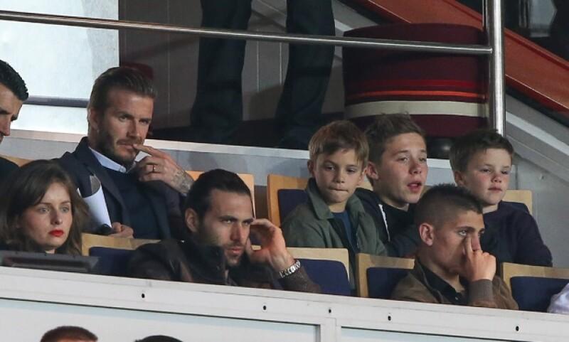 Ayer el futbolista David invitó a sus hijos Brooklyn, Romeo y Cruz, a apoyar desde la tribuna al equipo Paris St Germain contra Valenciennes; después aparecieron Victoria y Harper.