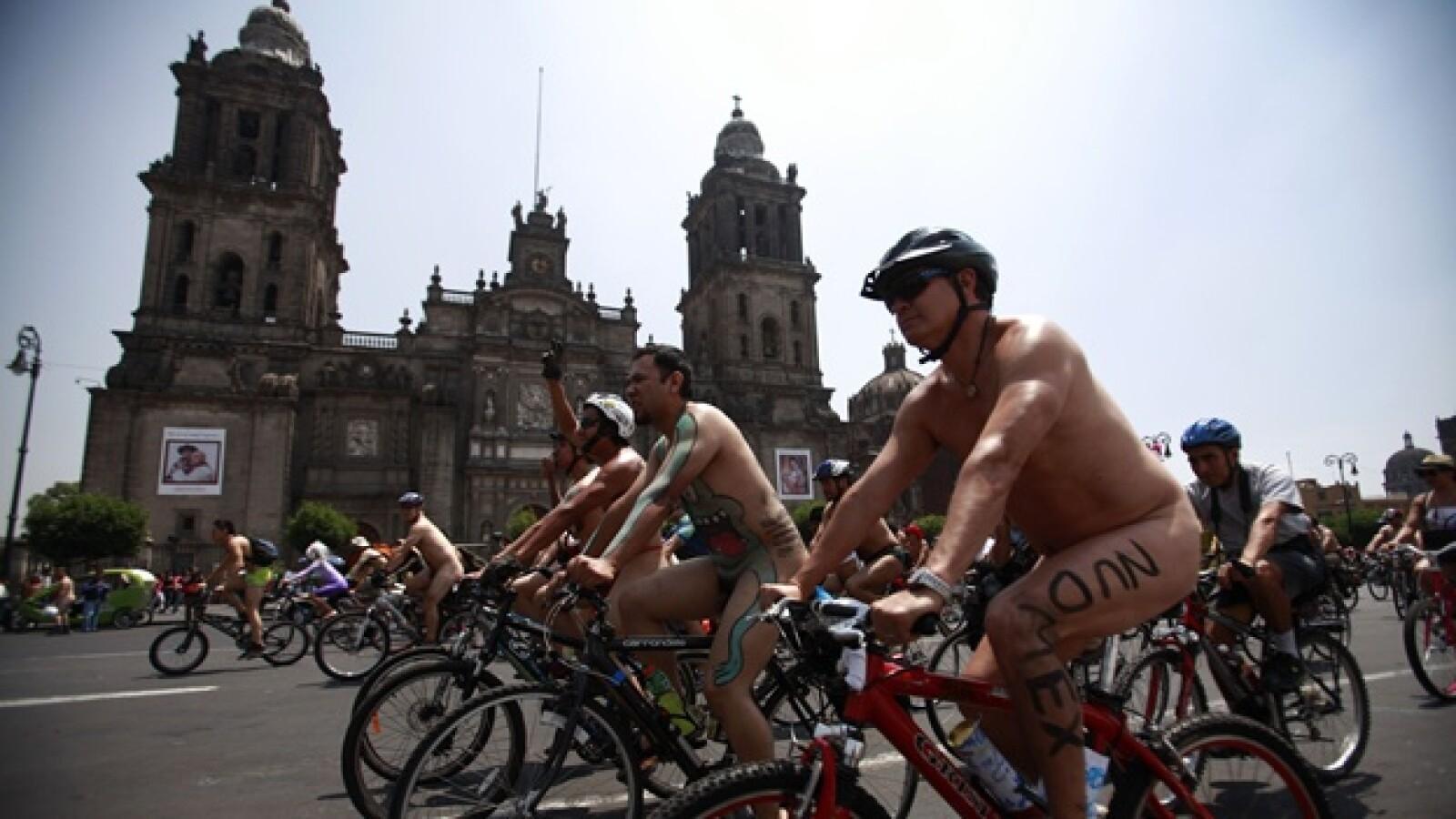 ciclistas desnudos frente a la catedral