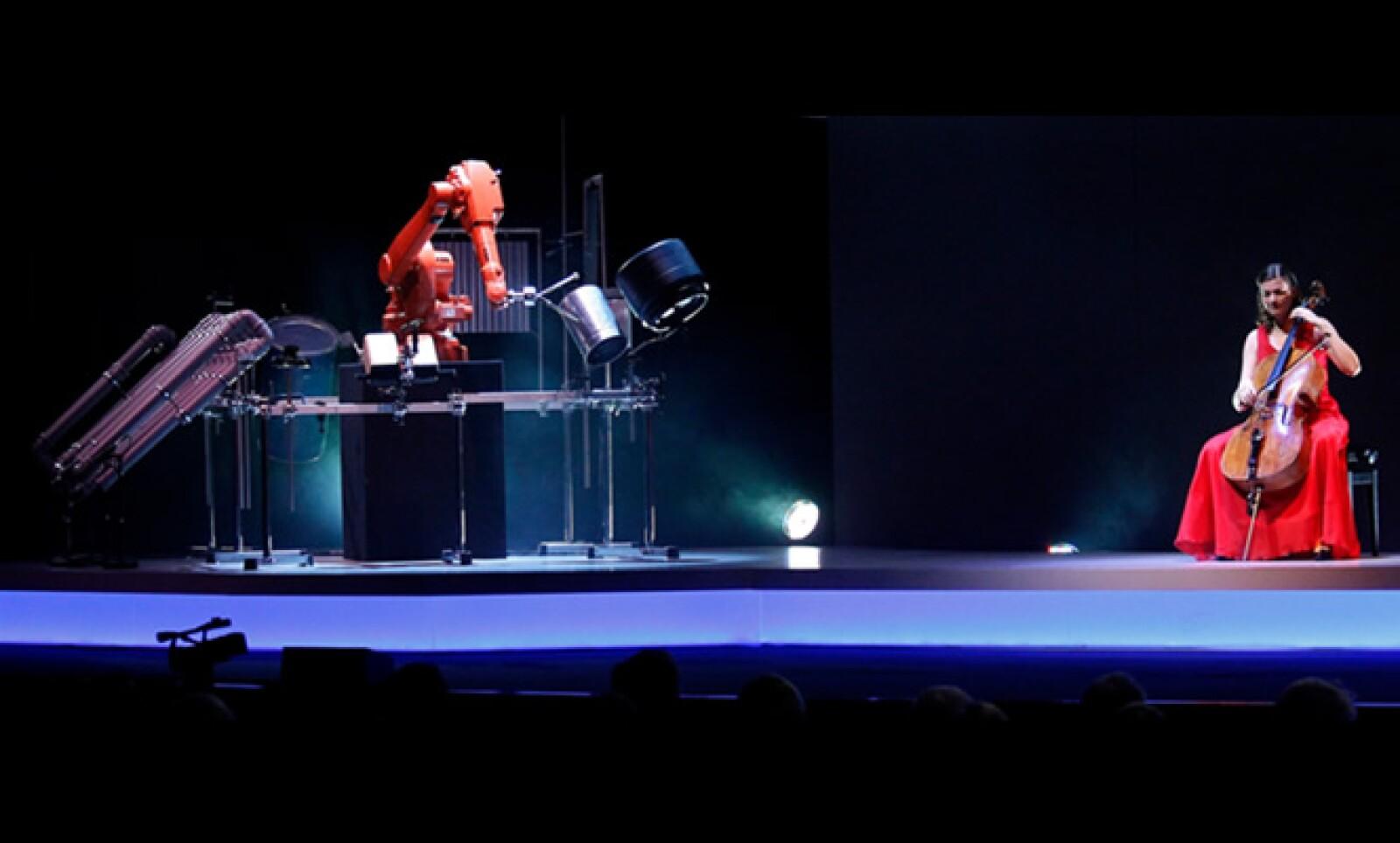 La feria tuvo su lado artístico al presentar el concierto entre un humano y un robot.