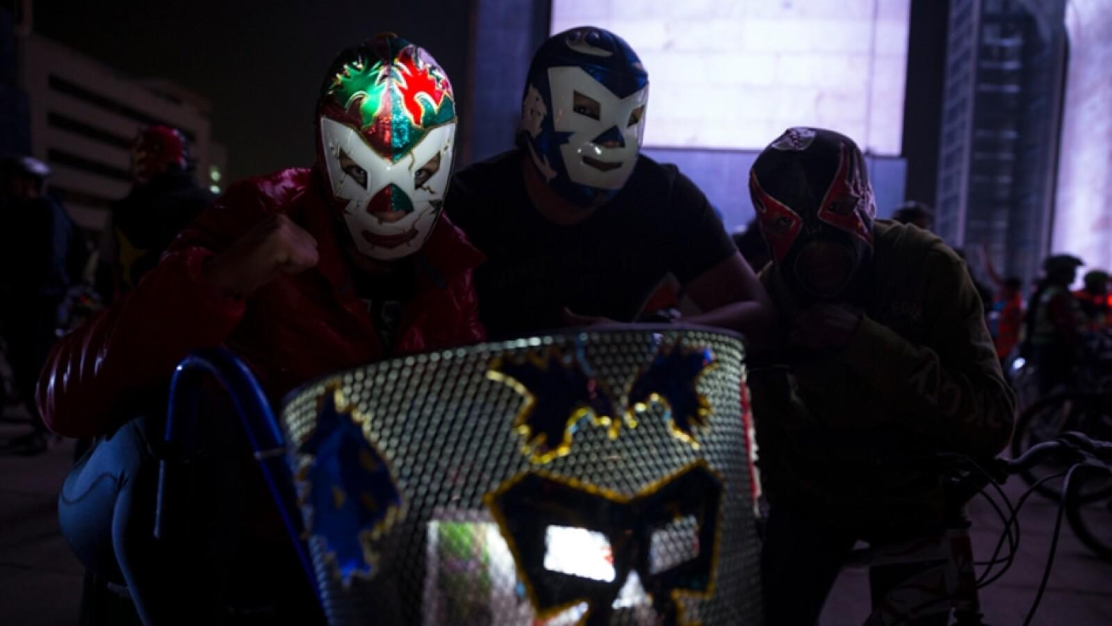 paseo ciclista con mascaras de luchadores