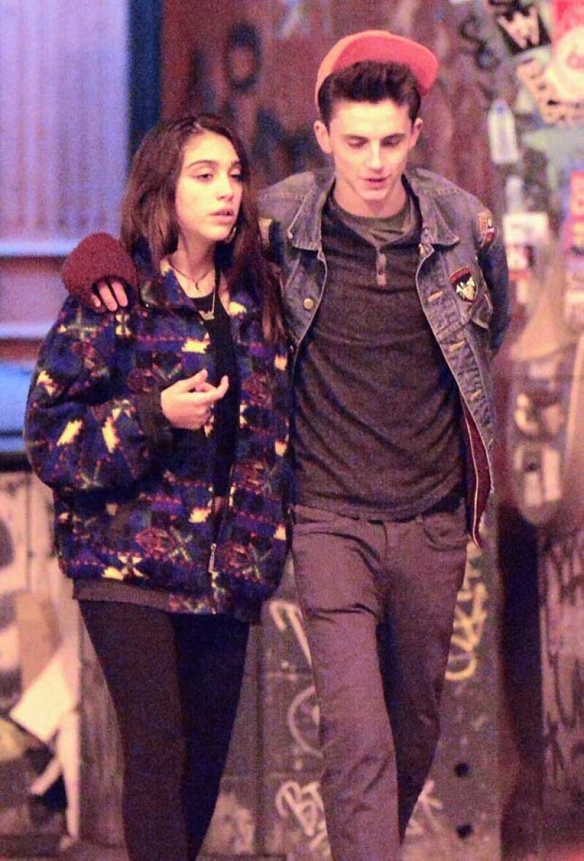 Lola y Timothée caminando por Nueva York.
