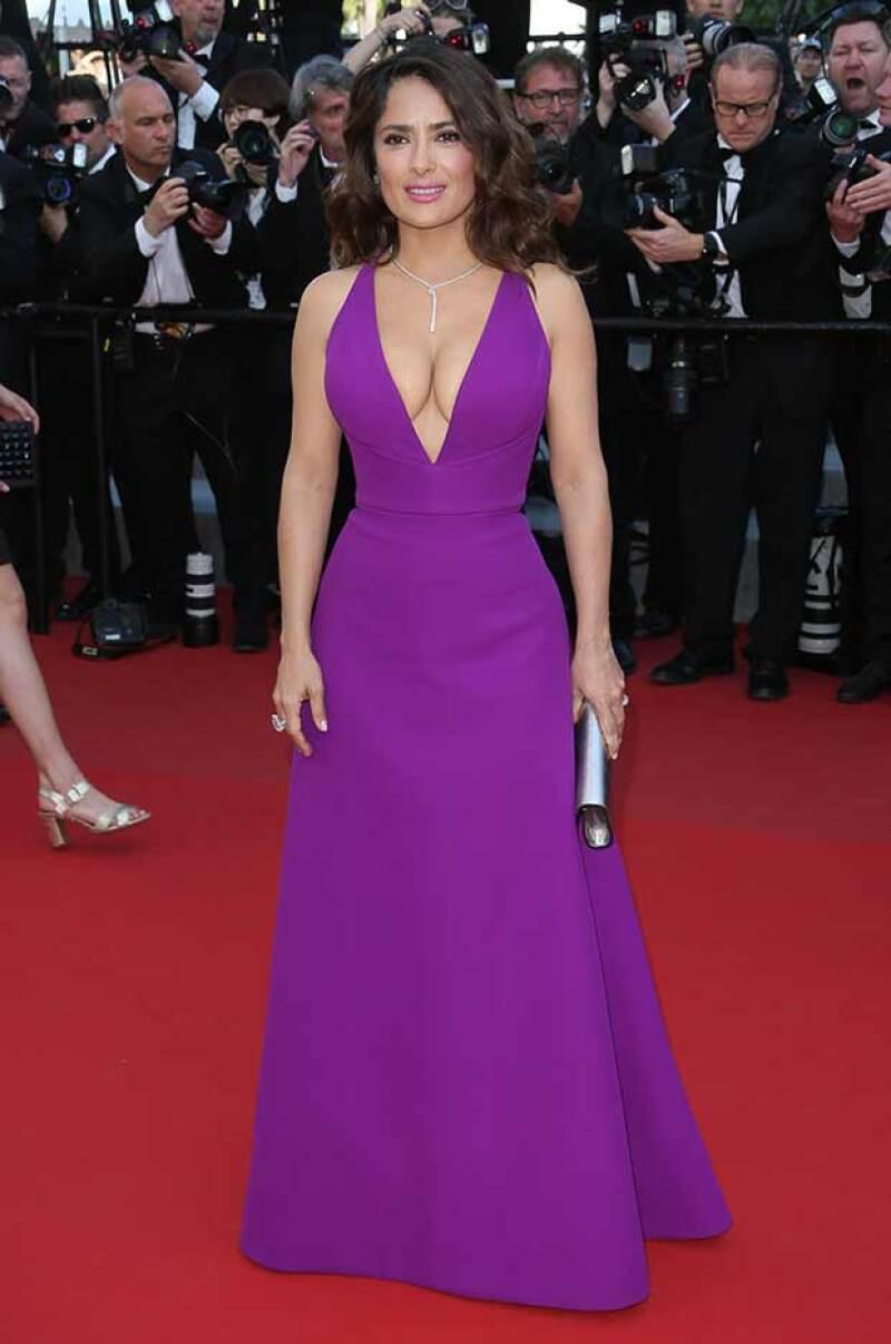 """La mexicana dio de qué hablar en Cannes al lucir un escotado vestido Gucci en el estreno de la cinta """"Carol""""."""