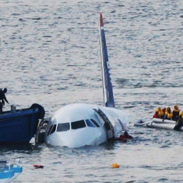 Varios botes rodeaban a la aeronave, la cual parecía estar hundiéndose lentamente.