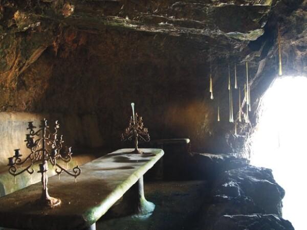 Enfrente del cuarto de Gian Franco hay una cueva -repleta de murcielagos- que baja varios metros hasta llegar a un acantilado. Al puro estilo del Conde de Montecristo.