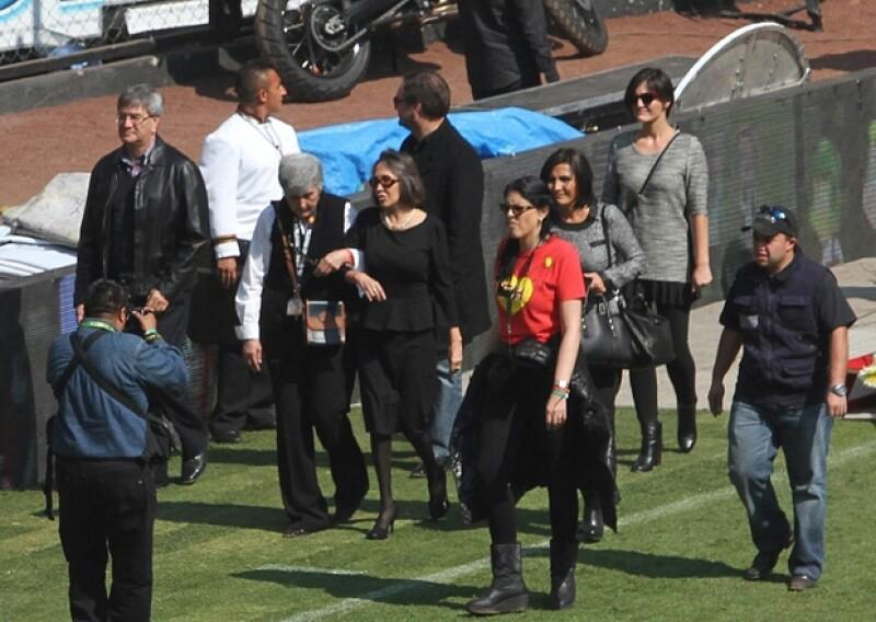 El momento en que Florinda Meza llegó a la cancha del estadio Azteca para el homenaje póstumo a su esposo.