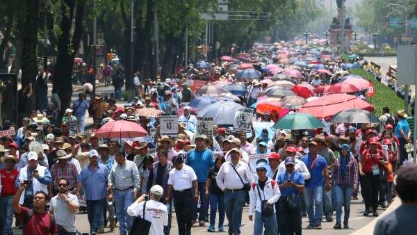 Integrantes de la CNTE marchan de Bucareli a Los Pinos para exigir que se modifique la nueva ley en materia de educación.