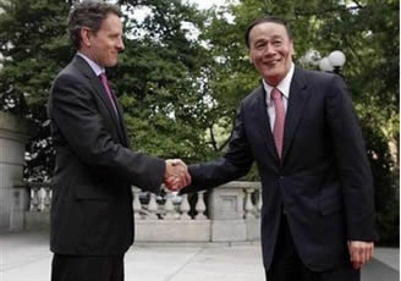 Wang Qishan, viceprimer ministro de China (der.) se reunió con Tim Geithner, secretaro del Tesoro de EU. (Foto: Reuters)