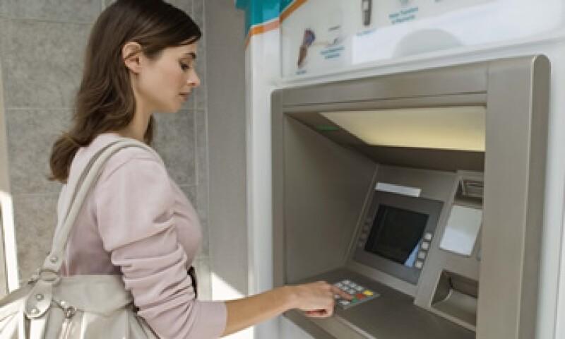 Los usuarios de la banca podrán realizar algunas operaciones en cajeros automáticos, líneas telefónicas y páginas de Internet. (Foto: Getty Images)