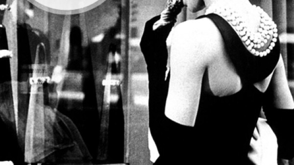La actriz convirtió a la casa joyera en un fenómeno viral al encarnar a Holly Golightly en la película basada en la novela de Truman Capote `Breakfast at Tiffanys´, el personaje que se inspiraba con los escaparates de la tienda convirtió a las joyas de la firma en los objetos más deseados por las mujeres de los 70.