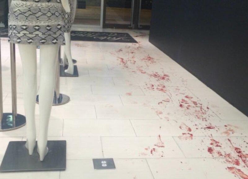 La puerta del lugar quedó marcada con huellas de sangre.
