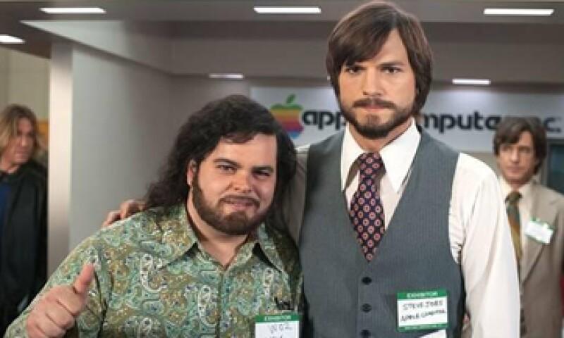 Ashton Kutcher y Josh Gad interpretan a los amigos emprendedores. (Foto: Tomada de Facebook.com/thejobsmovie)