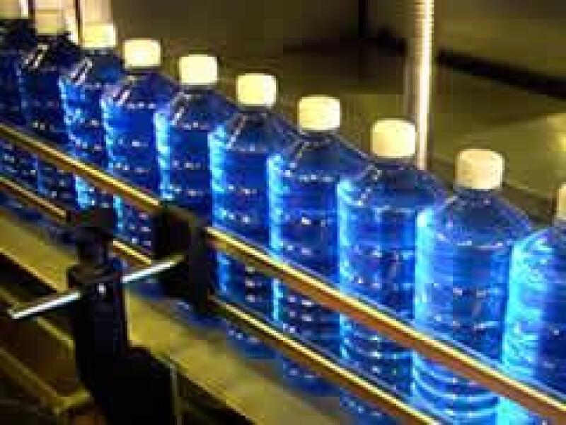 En el llenado de bebidas consiste en la esterilizaci�n del envase de PET a trav�s de un ba�o de per�xido de hidr�geno. (Jer�nimo Arteaga)