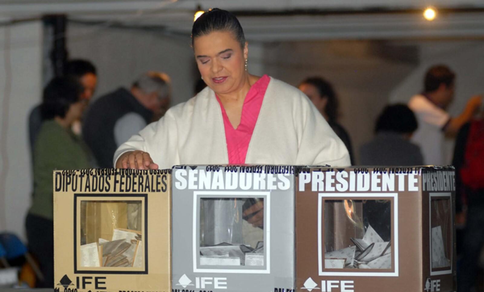 La candidata de la coalición Compromiso por México, acudió a votar la casilla básica 3467, ubicada en la calle Diego Rivera, de la colonia San Ángel Inn, en el sur de la Ciudad de México y dijo que vigilará las urnas.