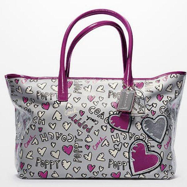 La marca también piensa en su público más joven y por eso con su colección 'Poppy' hizo una bolsa a dos tirantes y con gráficos estampados.