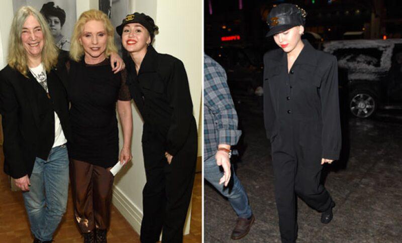 La cantante optó por un atuendo más conservador durante su paso por Nueva York, cosa que es inusual en ella.