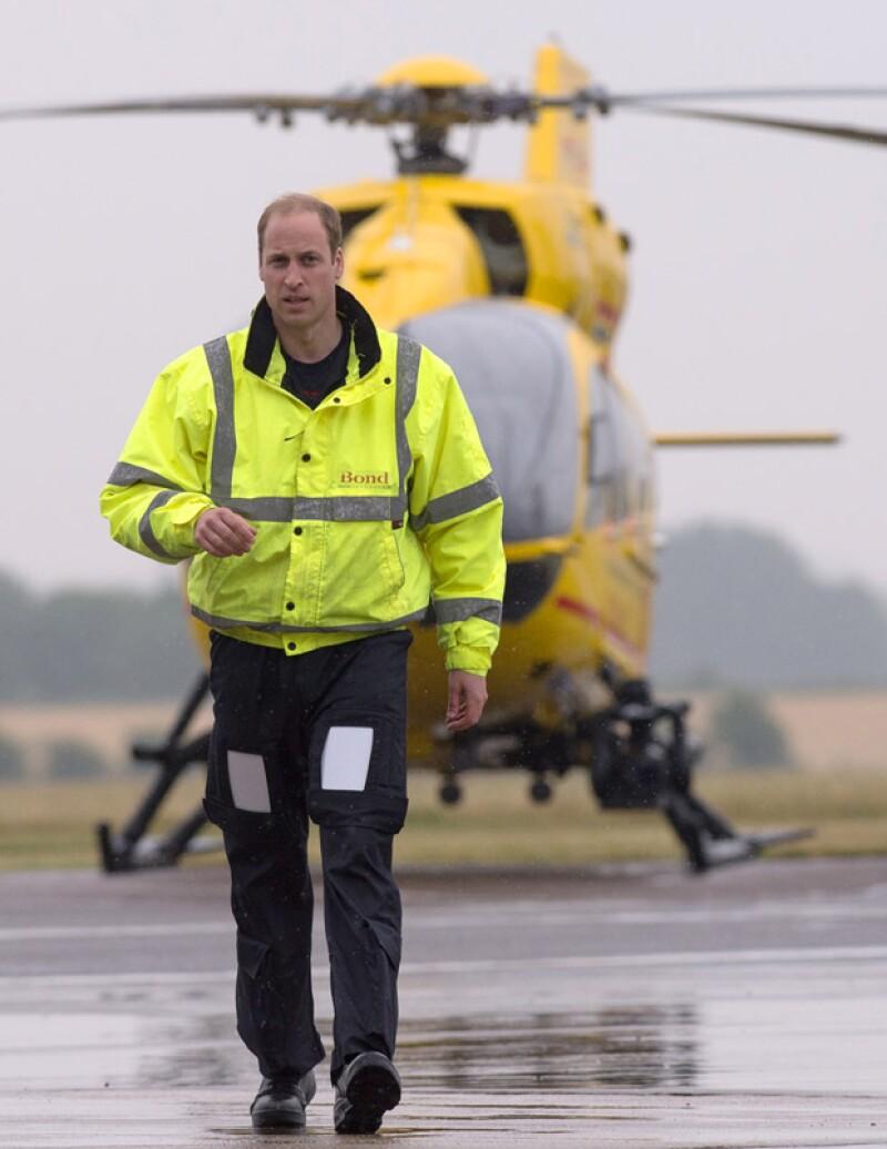 William inició hoy su trabajo como piloto de un helicóptero ambulancia, y todo su salario será destinado a la caridad.