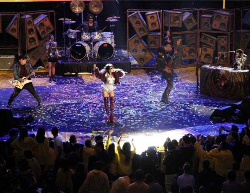 Alejandra Guzmán y la banda Moderatto se dijeron muy felices de cerrar el Teletón.
