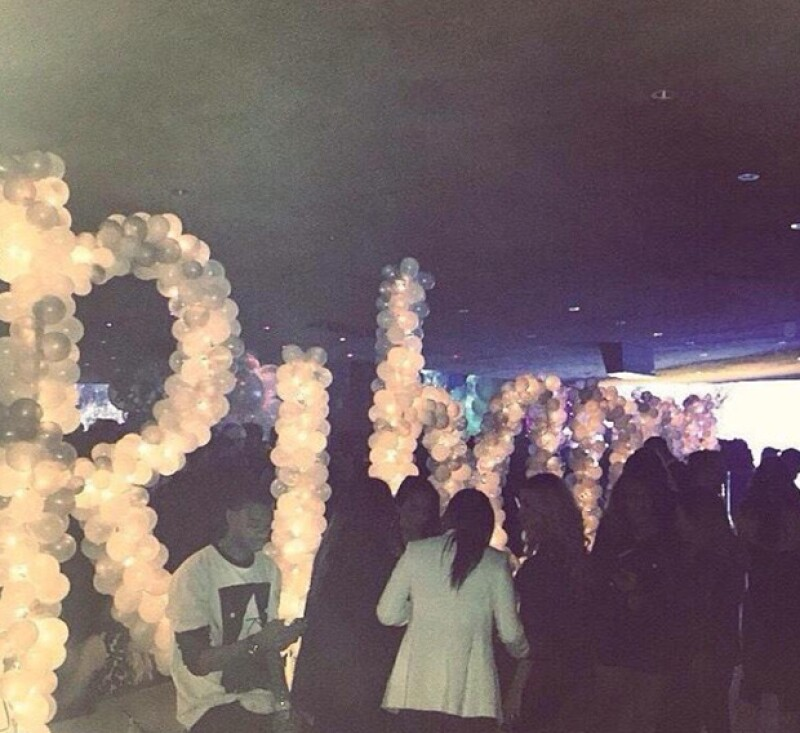 A la entrada de la fiesta había un enorme arreglo de globos rosas con el nombre de la birthday girl.