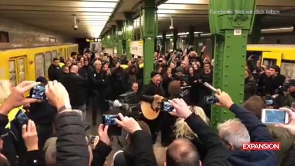 U2 sorprende a los usuarios del metro de Berlín con un concierto sorpresa_