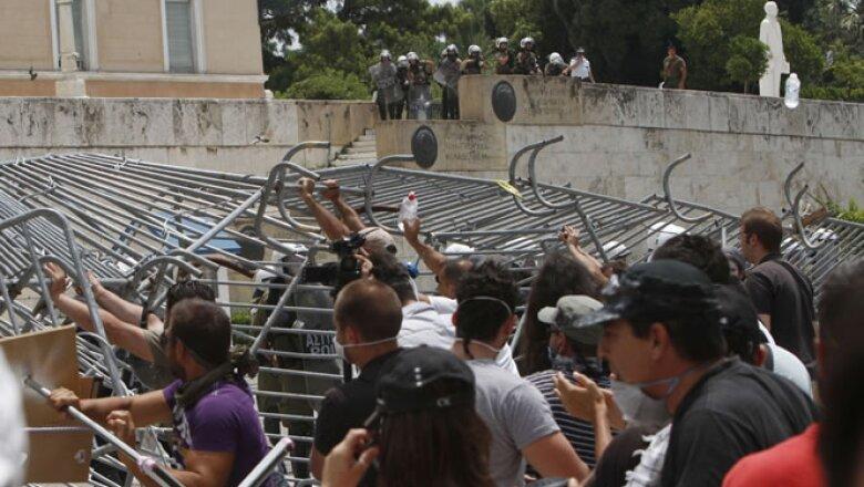 La policía antidisturbios disparó salvas de gases lacrimógenos para hacer retroceder a los manifestantes, que agredían a los agentes con botellas y basura.