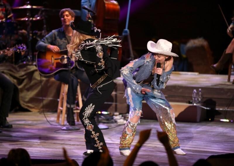 Miley Cyrus estaba orgullosa de haber dado una nalgada a la reina del pop.
