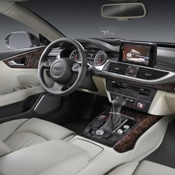 En el interior, destaca el sistema de audio opcional Bang & Olufsen con 15 bocinas, touchpad que reconoce si escribimos los caracteres con el dedo, acceso a internet y conectividad con Google.