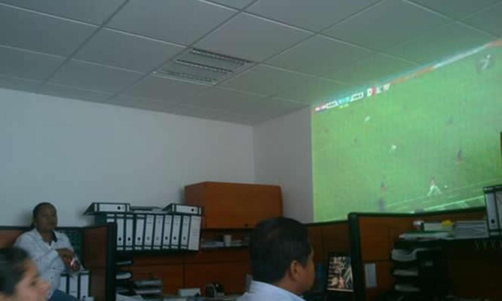 LuisP mostró como que su oficina hicieron un espacio entre los archivos para proyectar el partido. @SPetos