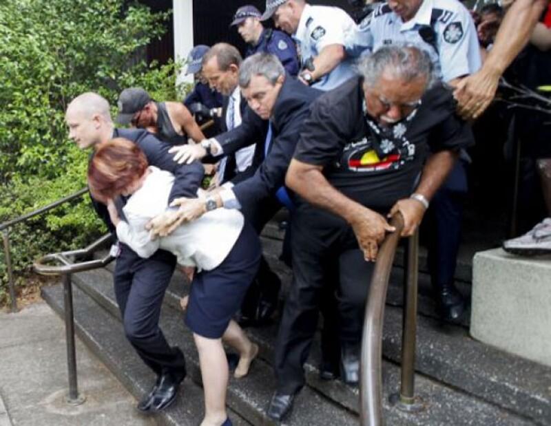 Julia Gillard tuvo que salir huyendo de un restaurante en Canberra después de que un grupo de aborígenes se manifestara violentamente afuera del lugar.