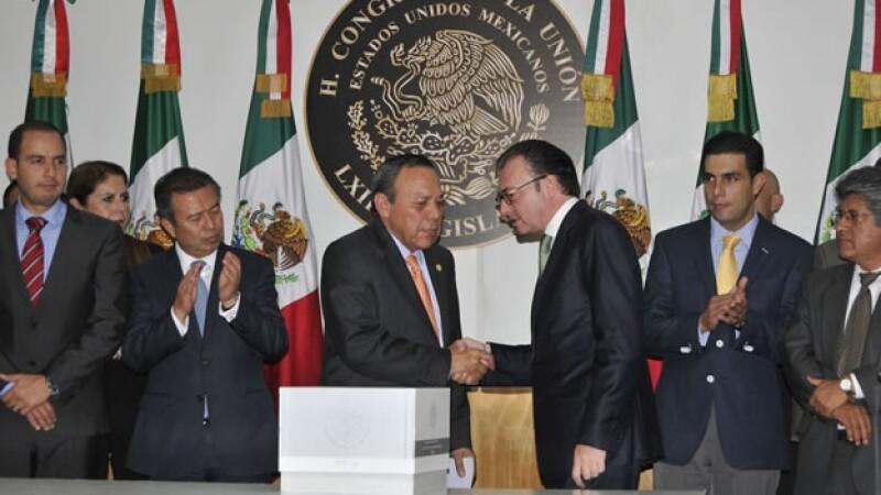 Luis Videgaray (tercero de derecha a izquierda) al entregar el Paquete Económico para 2016 en la Cámara de Diputados