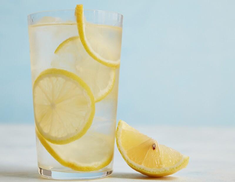 El agua tiene un incontable número de beneficios, y el limón otros más. Ahora imagina lo que la combinación de ambos puede aportarle a tu cuerpo.