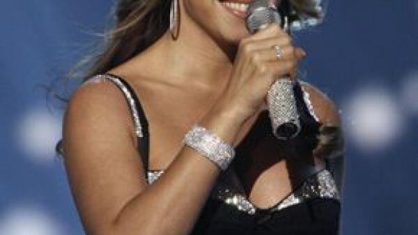 Recibió pago por cantar cuatro canciones ante Saif Gaddafi, hijo del presidente de Libia.