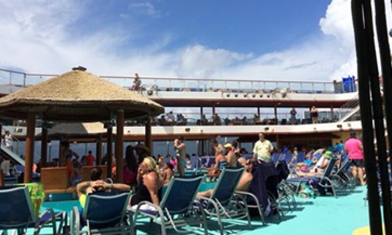 El reportero comenta que la fiesta sigue dentro el crucero Carnival Magic. (Foto: tomada de Twitter/@EricLupher7News )