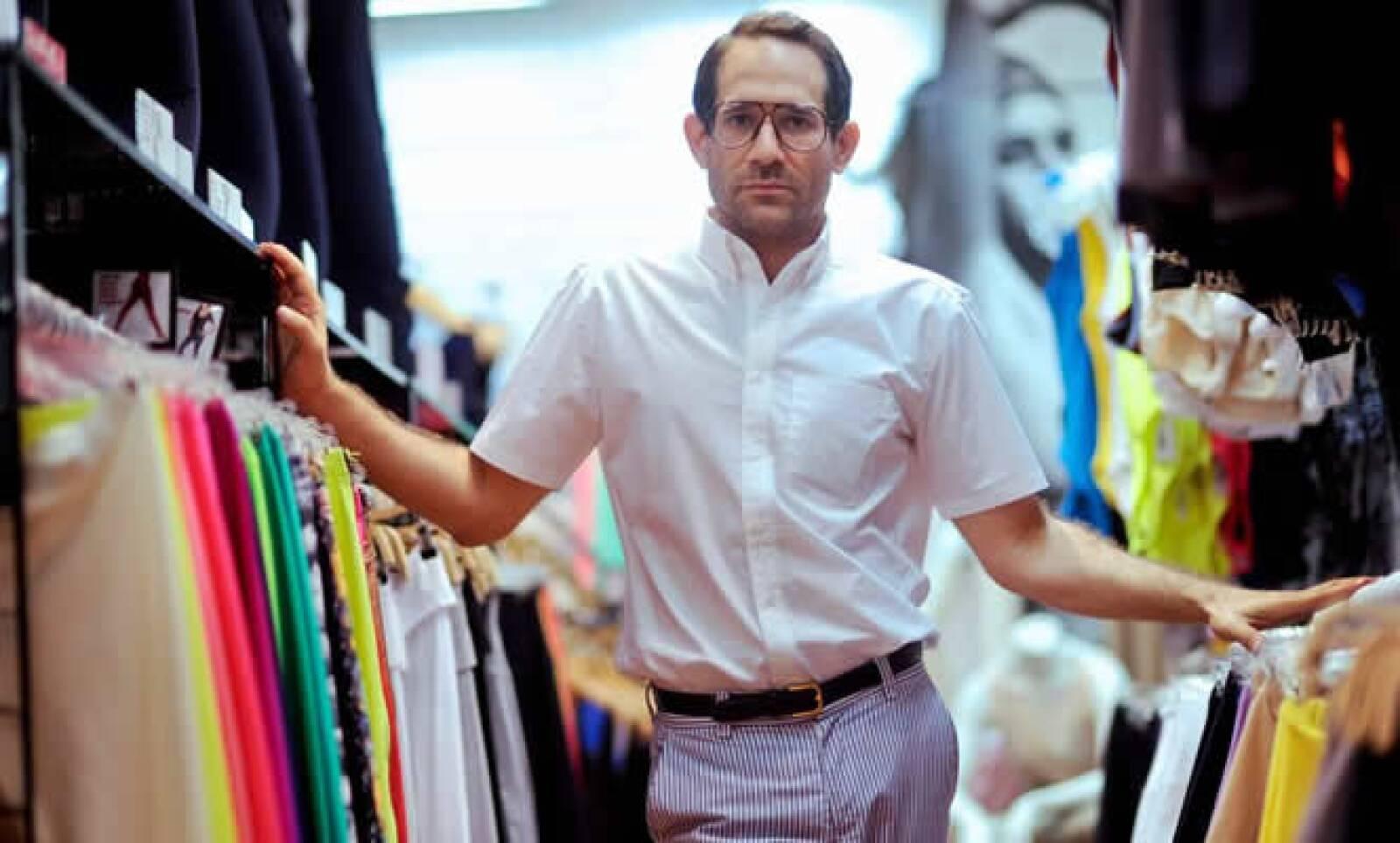 El CEO de American Apparel  fue despedido esta semana por su supuesta mala conducta, lo que puso fin a su largo historial de comportamiento extraño y demandas en su contra por acoso sexual.