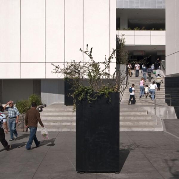 Elevada un metro sobre el nivel de la calle para evitar las frecuentes inundaciones, en su construcción se utilizaron materiales como el aluminio perforado para las fachadas, el U-Glass y el cristal en forma de PET.