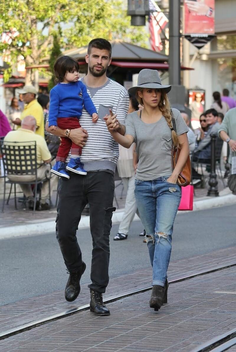 La familia fue captada cuando paseaba por el exclusivo centro comercial The Grove, mamá y papá lo hacían tomados de la mano mientras Milan miraba atento a su alrededor.