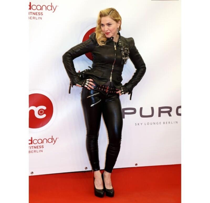 El día de ayer por la tarde Madonna asistió a la inauguración de otra sede de sus gimnasios `Hard Candy´ en Alemania.