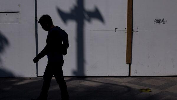 CIUDAD DE MÉXICO, 19DICIEMBRE2017.- Sombras de un poste del C5 con alertas sismicas y de auxilio sobre la calle de Genova.  FOTO: ADOLFO VLADIMIR /CUARTOSCURO.COM